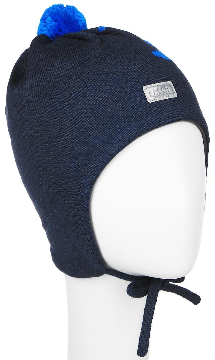 Шапка для мальчика Lassie, цвет: темно-синий, ярко-синий. 718699-6990. Размер XS (44/46)718699-6990Комфортная шапка для мальчика Reima Lassie идеально подойдет для прогулок в холодное время года. Вязаная шапка с ветрозащитными вставками в области ушей, выполненная из шерсти и акрила, максимально сохраняет тепло, она мягкая и идеально прилегает к голове. Мягкая подкладка выполнена из флиса, поэтому шапка хорошо сохраняет тепло и обладает отличной гигроскопичностью (не впитывает влагу, но проводит ее).Шапка завязывается на завязки под подбородком и оформлена рисунком самолетика, ярким помпоном и светоотражающей нашивкой с названием бренда.В ней ваш мальчик будет чувствовать себя уютно и комфортно. Уважаемые клиенты!Размер, доступный для заказа, является обхватом головы.