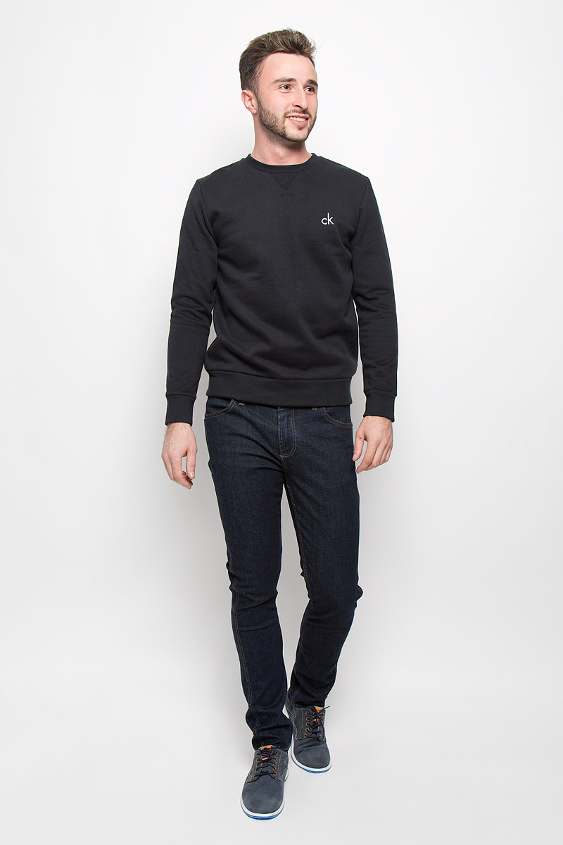 Свитшот мужской Calvin Klein Jeans, цвет: черный. J30J300603_0990. Размер XL (50/52)J30J300603_0990Стильный мужской свитшот Calvin Klein Jeans, изготовленный из высококачественного материала, мягкий и приятный на ощупь, не сковывает движений и обеспечивает наибольший комфорт. Такой свитшот великолепно пропускает воздух, позволяя коже дышать, и обладает высокой гигроскопичностью.Модель свободного кроя с круглым вырезом горловины и длинными рукавами оформлена брендовой вышивкой. Манжеты рукавов, воротник и низ изделия дополнены трикотажными резинками. Этот свитшот - настоящее воплощение комфорта, он послужит отличным дополнением к вашему гардеробу. В нем вы будете чувствовать себя уютно в прохладное время года.