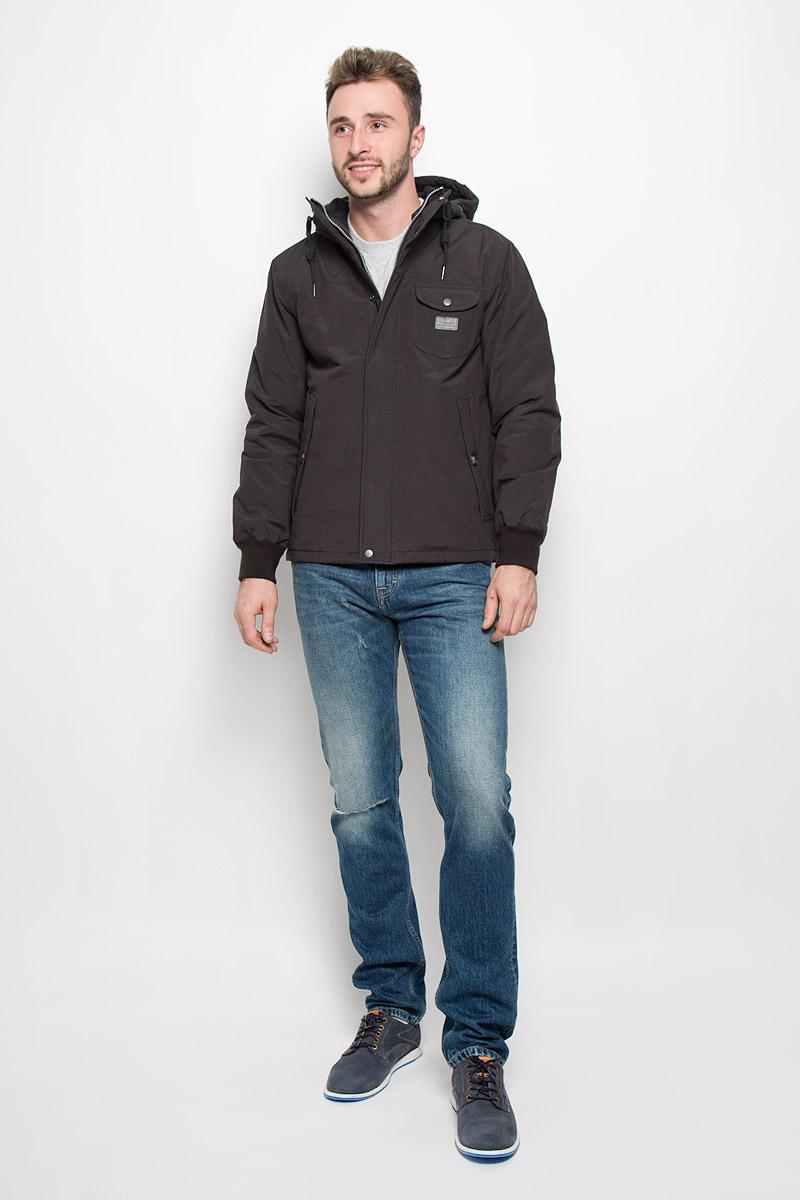 Куртка мужская Lee, цвет: черный. L88MWRJA. Размер M (48)L88MWRJAОтличная мужская куртка Lee, выполненная из хлопка с добавлением полиамида, незаменимая вещь в прохладную погоду. В качестве подкладки используется натуральный хлопок и полиамид, а наполнителем служит 100% полиэстер. Модель с несъемным капюшоном и длинными рукавами застегивается на застежку-молнию и дополнительно на ветрозащитную планку на кнопках. Капюшон дополнен шнурком-кулиской. Низ рукавов обработан эластичными манжетами. Спереди куртка оформлена двумя прорезными карманами с клапанами на пуговицах и одним накладным карманом с клапаном на кнопке. С внутренней стороны изделия расположен небольшой накладной карман. Эта потрясающая куртка послужит отличным дополнением к вашему гардеробу!