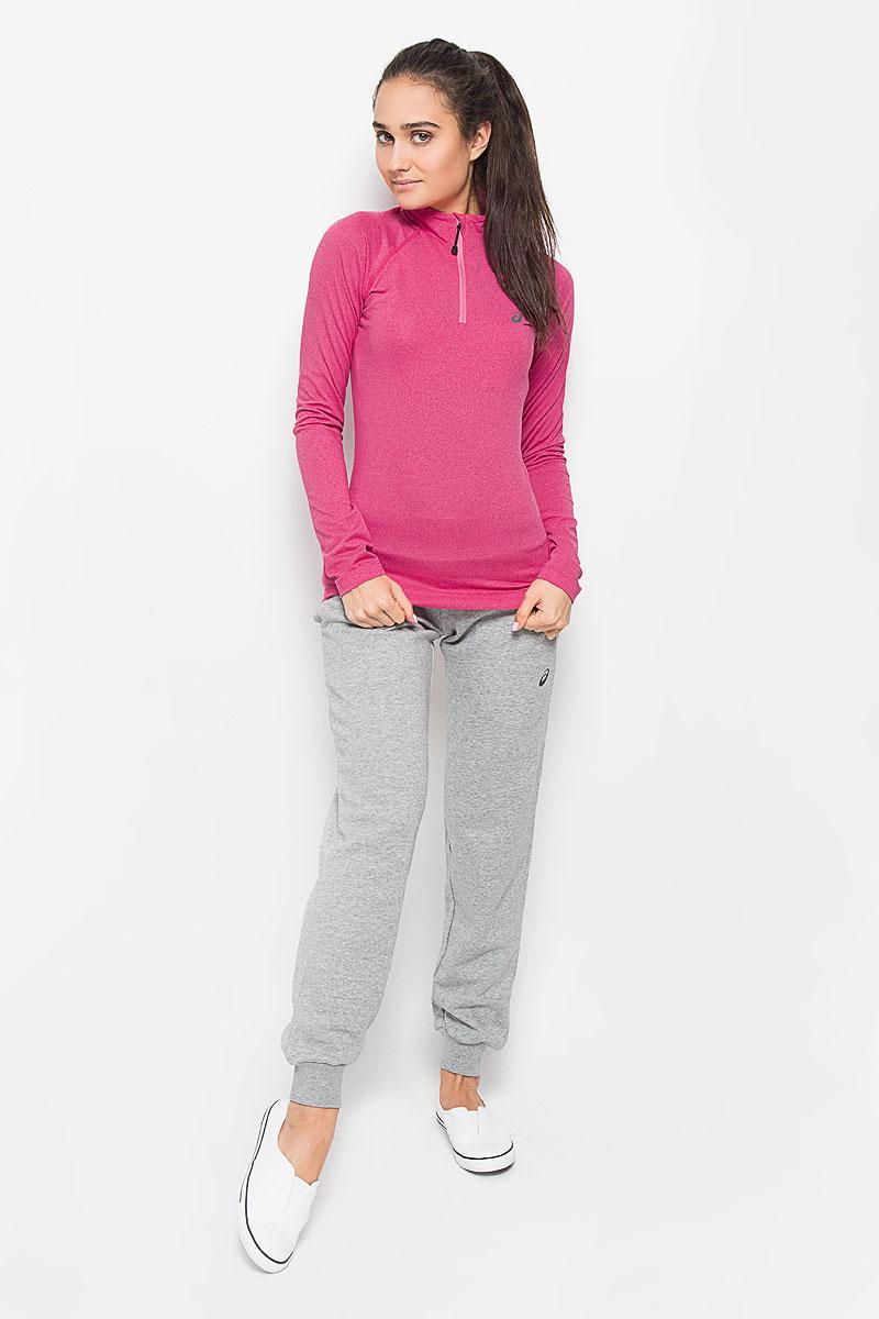 Лонгслив для бега женский Asics Ls 1/2 Zip Jersey, цвет: темно-розовый. 132109-0656. Размер M (44/46)132109-0656Женский лонгслив для бега Asics Ls 1/2 Zip Jersey выполнен из полиэстера с добавлением эластана. Ткань, изготовленная с применением технологии Motion Dry, позволяет удалять лишнюю влагу с кожи во время занятий спортом, обеспечивая тем самым замечательный уровень комфорта. Модель с длинными рукавами-реглан и воротником-стойкой украшена светоотражающим логотипом бренда на груди, благодаря этому вы будете заметнее в темноте. Изделие спереди застегивается на застежку-молнию с защитой для подбородка. Сзади расположен небольшой прорезной карман. В этом лонгсливе вы будете выглядеть стильно, а ваше тело будет дышать. Вам не придется жертвовать внешним видом ради скорости, ведь эластичный и легкий трикотаж отлично смотрится.Лонгслив станет отличным дополнением к вашему гардеробу, в нем вам будет удобно и комфортно.