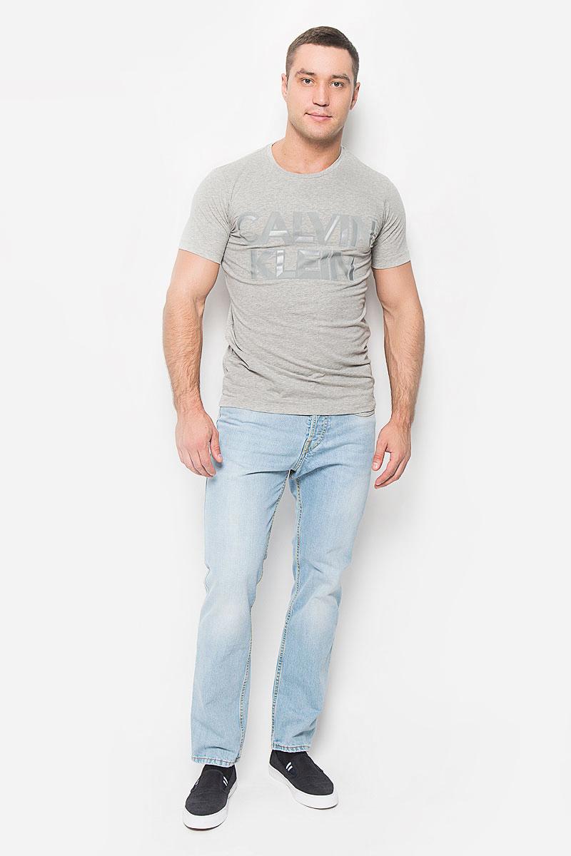 Футболка мужская Calvin Klein Jeans, цвет: серый меланж. J30J300562_0380. Размер M (46/48)A16-22037_200Мужская футболка Calvin Klein Jeans, выполненная из эластичного хлопка, идеально подойдет для повседневной носки. Материал очень мягкий и приятный на ощупь, не сковывает движения и хорошо пропускает воздух. Футболка с круглым вырезом горловины и короткими рукавами имеет полуприлегающий силуэт. Спереди изделие украшено фактурной надписью с названием бренда. Такая модель будет дарить вам комфорт в течение всего дня и станет стильным дополнением к вашему образу.
