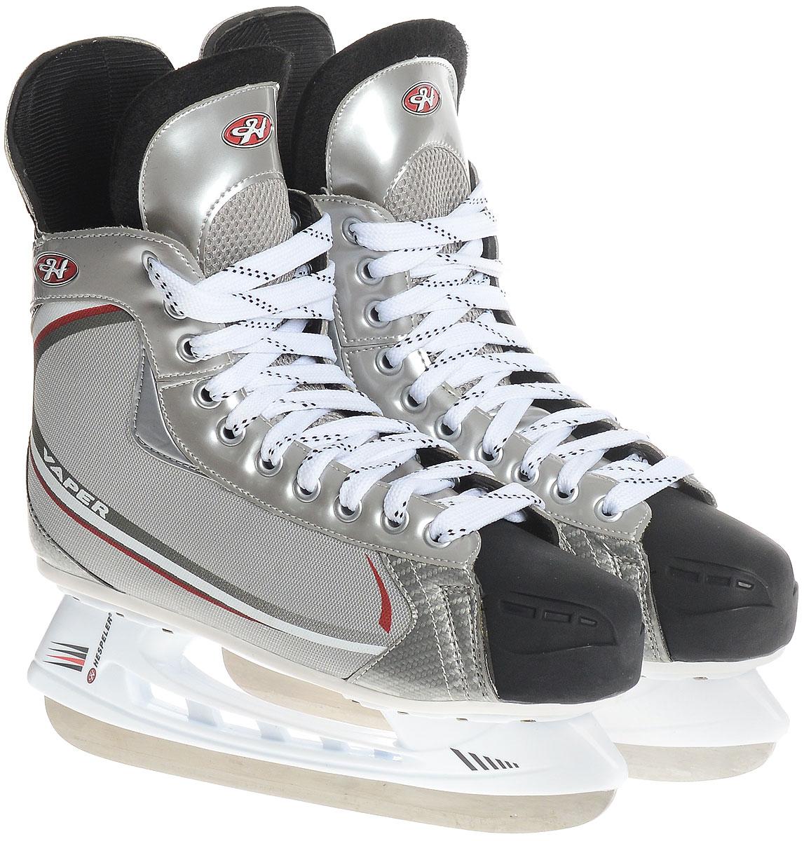 Коньки хоккейные мужские Hespeler Vaper, цвет: серый, белый, красный. Размер 44Vaper_серый, белый, красный_44Спортивные, облегченные хоккейные коньки с ударопрочной защитной конструкцией от Hespeler Vaper предназначены для соревнований и тренировок. Ботинки изготовлены из комбинации текстиля и морозостойкого полиуретана, который защитит ноги от ударов. Выполненные по всем необходимым стандартам, они имеют традиционную шнуровку с высоким задником и язычком, плотно обхватывающими ногу. Внутренняя часть и стелька выполнены из текстиля, а язычок - из войлока, который обеспечит тепло и комфорт во время катания. Прочные композитные вставки на мысках выдержат даже сильные удары о бортик. Голеностоп имеет удобный суппорт.Изделие по бокам и на язычке декорировано оригинальным принтом и тиснением в виде логотипа бренда.Подошва - из твердого пластика. Лезвие изготовлено из стали со специальным покрытием, придающим дополнительную прочность. Стильные коньки придутся вам по душе.