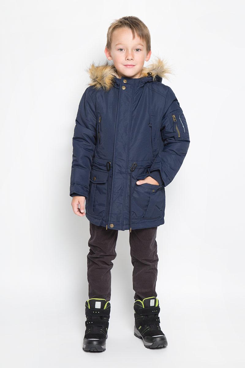 Парка для мальчика Sela, цвет: темно-синий. Cep-826/339-6312. Размер 116, 6 летCep-826/339-6312Модная парка для мальчика Sela идеально подойдет для ребенка в прохладное время года. Модель изготовлена из 100% нейлона и утеплена полиэстером, который хорошо сохраняет тепло. На подкладке используется полиэстер, который не раздражает нежную и чувствительную кожу ребенка, обеспечивая ему наибольший комфорт. Парка с несъемным капюшоном застегивается на пластиковую застежку-молнию с защитой для подбородка и дополнительно имеет ветрозащитную планку на кнопках. Капюшон оформлен искусственным мехом, который в случае необходимости можно отстегнуть. Рукава дополнены внутренними широкими трикотажными манжетами. Объем по линии талии можно регулировать за счет шнурка-кулиски. Спинка модели немного удлинена и также дополнена шнурком-кулиской. Спереди предусмотрены два накладных кармана с клапанами на кнопках и два прорезных кармана на застежке-молнии. На левом рукаве расположен небольшой накладной карман на молнии. С внутренней стороны расположен небольшой накладной карман. Изделие по бокам оформлено светоотражающими полосками. Комфортная, удобная и теплая эта парка идеально подойдет для прогулок и игр на свежем воздухе!
