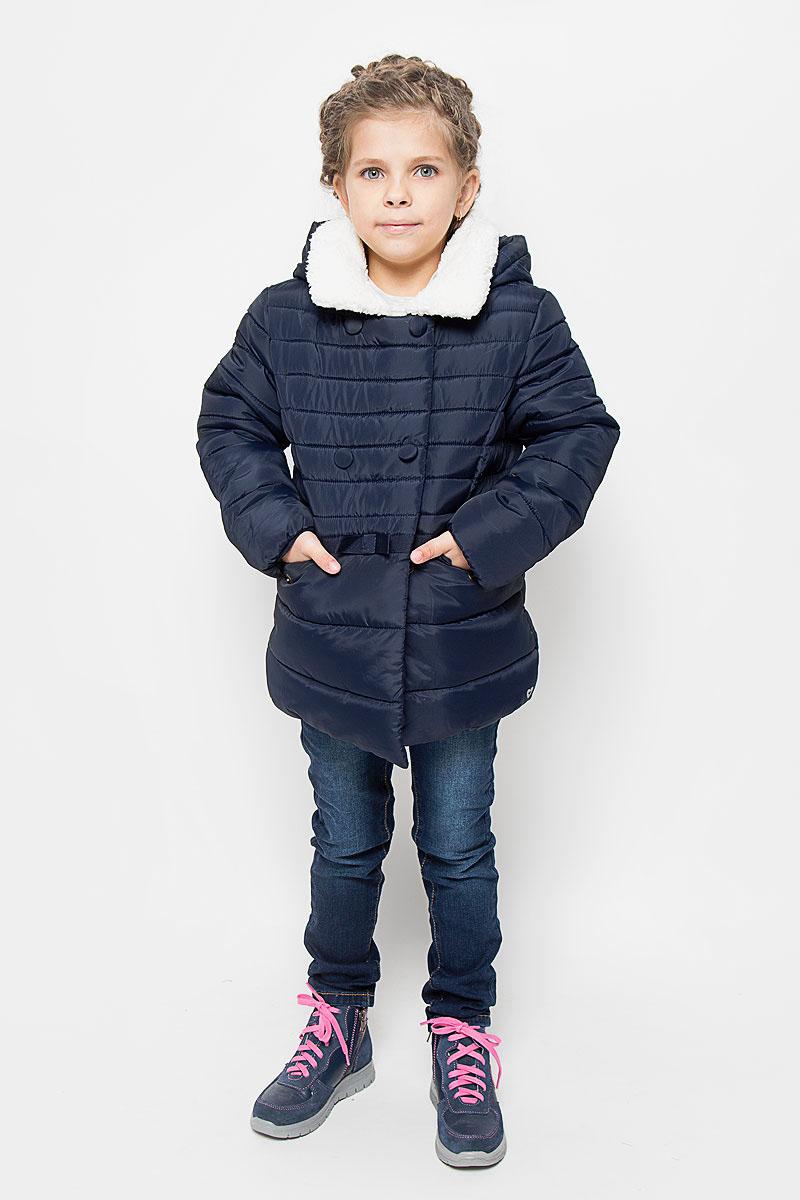 Куртка для девочки Tom Tailor, цвет: темно-синий. 3533020.00.81_6456. Размер 92/983533020.00.81_6456Куртка для девочки Tom Tailor идеально подойдет вашей моднице в прохладное время года. Куртка изготовлена из высококачественного полиэстера, комбинированная подкладка выполнена из полиэстера, содержит мягкие флисовые вставки. Куртка с капюшоном застегивается на застежку-молнию, благодаря чему ее легко одевать и снимать, и дополнительно имеет внутренний ветрозащитный клапан. Воротник куртки дополнен искусственным мехом. Оформлена модель горизонтальной стежкой. Спереди два прорезных кармана с клапанами на кнопках, внутри один накладной карман с застежкой-липучкой. По талии модель декорирована трикотажной лентой с бантиком. На груди изделие оформлено декоративными пуговицами. Рукава дополнены флисовыми манжетами, что препятствует проникновению холодного воздуха. Комфортная, удобная и теплая куртка идеально подойдет для прогулок и игр на свежем воздухе! Незаменимая вещь в холодную погоду!