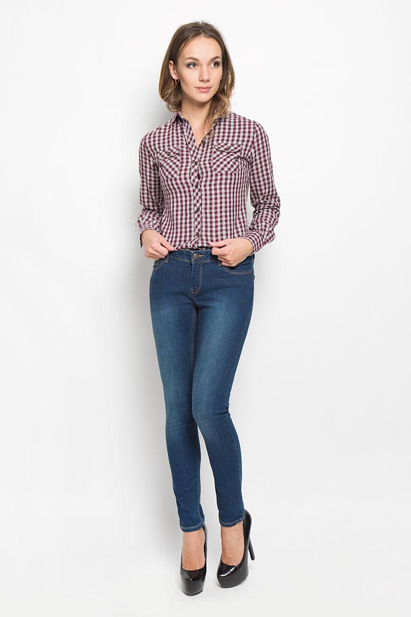 Рубашка женская Lee Cooper, цвет: бордовый, серый. LCHWW043. Размер XS (40)LCHWW043/WINEЖенская рубашка Lee Cooper, выполненная из высококачественного хлопка, обладает высокой теплопроводностью, воздухопроницаемостью и гигроскопичностью, позволяет коже дышать, тем самым обеспечивая наибольший комфорт при носке.Модель с отложным воротником застегивается на пуговицы. Рубашка дополнена двумя накладными карманами на пуговицах на груди. Длинные рукава рубашки дополнены манжетами на пуговицах. Изделие оформлено актуальным принтом в мелкую клеткуТакая рубашка подчеркнет ваш вкус и поможет создать великолепный стильный образ.