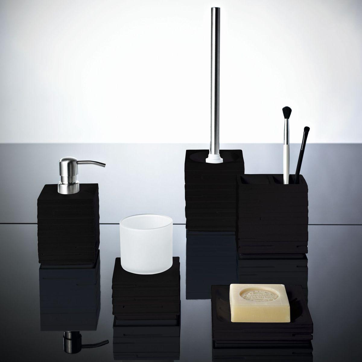Изделия данной серии устойчивы к ультрафиолету, т.к. изготавливаются из полирезина.  Экологичный полирезин - это твердый многокомпонентный материал на основе синтетической смолы, с добавлением каменной крошки и красящих пигментов.