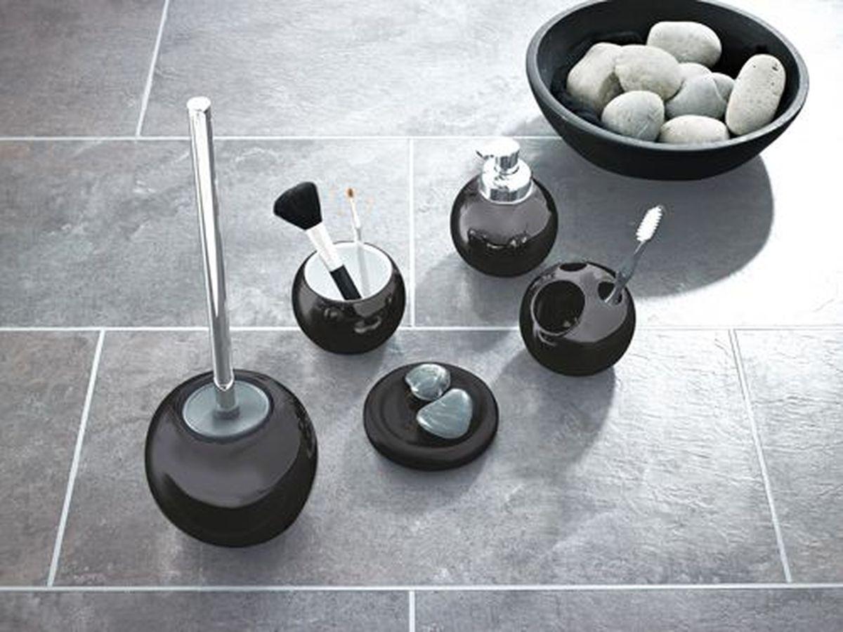 """Ершик для унитаза Ridder """"Bowl"""" выполнен из нержавеющей стали с хромированным покрытием и оснащен жесткимворсом. Подставка, выполненная из керамики, с устойчивым основанием непозволяет ершику опрокинуться. Ершик отличночистит поверхность, а грязь с него легко смываетсяводой.Стильный дизайн изделия притягивает взгляд ипрекрасно подойдет к интерьеру туалетнойкомнаты."""
