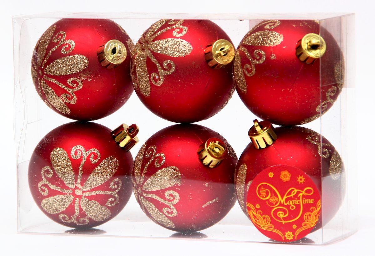 """Новогоднее подвесное украшение Magic Time """"Шар красный с золотым цветком"""" прекрасно подойдет  для праздничного декора новогодней ели. Изделия выполнены из высококачественного пластика. Для удобного  размещения на елке на украшениях предусмотрены ушки и веревочки.   Елочная игрушка - символ Нового года. Она несет в себе волшебство и красоту праздника.  Создайте в своем доме атмосферу веселья и радости, украшая новогоднюю елку нарядными  игрушками, которые будут из года в год накапливать теплоту воспоминаний.  Откройте для себя удивительный мир сказок и грез. Почувствуйте волшебные минуты  ожидания праздника, создайте новогоднее настроение вашим дорогим и близким."""
