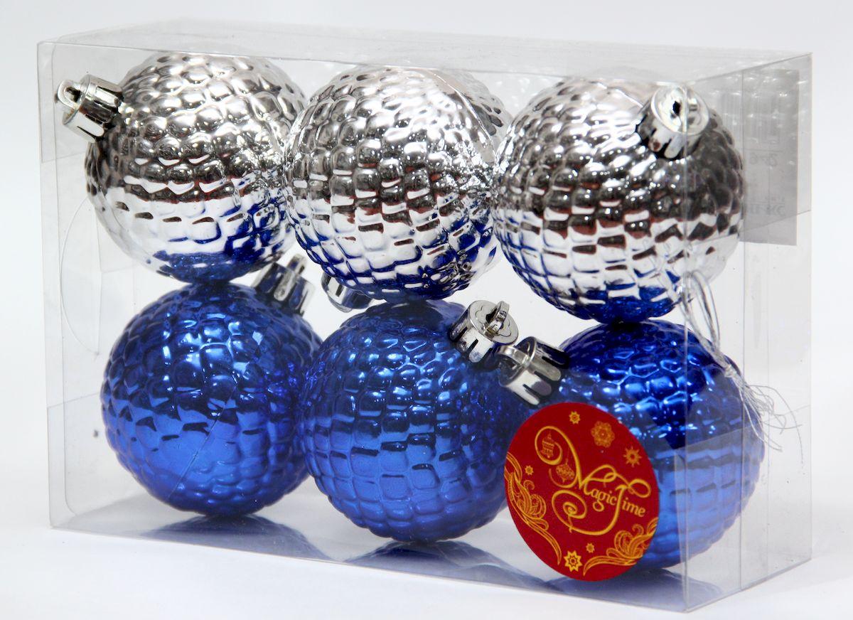 """Новогоднее подвесное украшение Magic Time """"Ассорти шары синие и серебряные"""" прекрасно подойдет  для праздничного декора новогодней ели. Изделия выполнены из высококачественного пластика. Для удобного  размещения на елке на украшениях предусмотрены ушки и веревочки.   Елочная игрушка - символ Нового года. Она несет в себе волшебство и красоту праздника.  Создайте в своем доме атмосферу веселья и радости, украшая новогоднюю елку нарядными  игрушками, которые будут из года в год накапливать теплоту воспоминаний.  Откройте для себя удивительный мир сказок и грез. Почувствуйте волшебные минуты  ожидания праздника, создайте новогоднее настроение вашим дорогим и близким."""