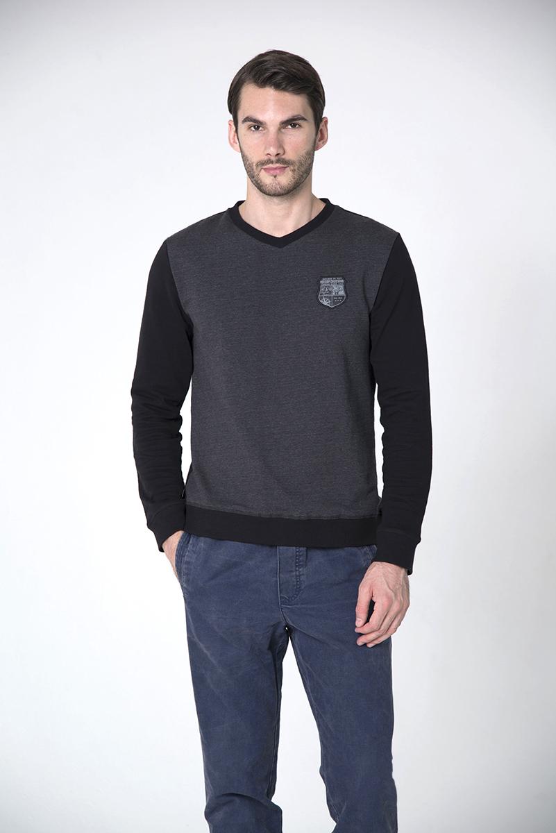 Свитшот мужской BeGood, цвет: черный, темно-серый. AW16-BGUZ-823. Размер L (50)AW16-BGUZ-823Мужской свитшот BeGood с длинными рукавами и V-образным вырезом горловины имеет свободный крой. Свитшот изготовлен из натурального хлопка. Внутренняя сторона свитшота имеет мелкие петельки.Горловина, манжеты рукавов и низ модели дополнены манжетами. Изделие оформлено декоративной нашивкой.