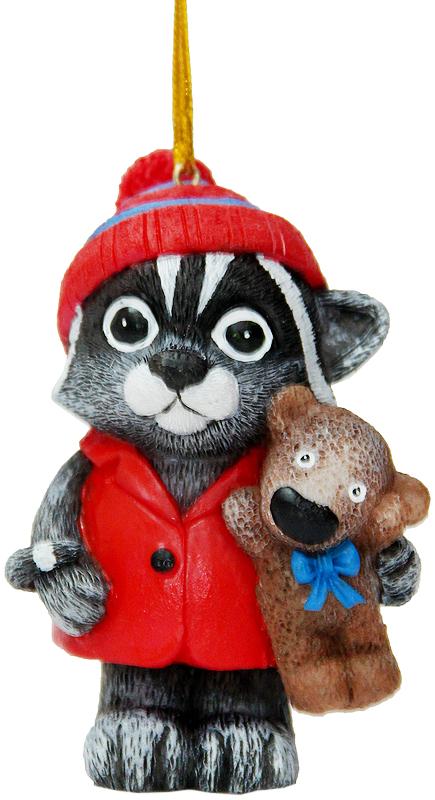 Украшение новогоднее подвесное Magic Time Милый енот, 5,3 х 4 х 7,5 см38311Новогоднее подвесное украшение Magic Time Милый енот выполнено из полирезины в виде енота с медведем. С помощью специальной петельки украшение можно повесить в любом понравившемся вам месте. Но, конечно, удачнее всего оно будет смотреться на праздничной елке.Елочная игрушка - символ Нового года. Она несет в себе волшебство и красоту праздника. Создайте в своем доме атмосферу веселья и радости, украшая новогоднюю елку нарядными игрушками, которые будут из года в год накапливать теплоту воспоминаний.