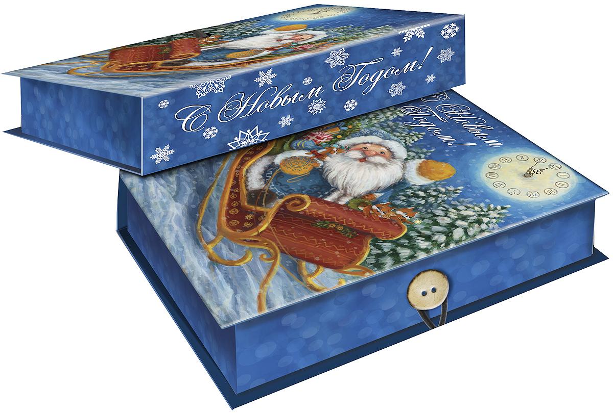 """Подарочная коробка Magic Time """"Дед Мороз в санях"""",  выполненная из  мелованного, ламинированного картона,  закрывается на пуговицу. Крышка оформлена декоративным рисунком. Подарочная коробка - это наилучшее решение, если вы хотите порадовать ваших  близких и создать праздничное настроение, ведь подарок, преподнесенный в  оригинальной упаковке, всегда будет самым эффектным и запоминающимся.  Окружите близких людей вниманием и заботой, вручив презент в нарядном,  праздничном оформлении. Плотность картона: 1100 г/м2."""