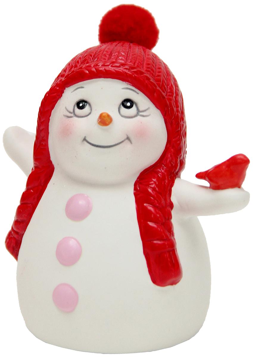 Фигурка новогодняя Magic Time Снеговик со снегирем, высота 8 см41744Новогодняя декоративная фигурка Magic Time Снеговик со снегирем прекрасно подойдет для праздничного декора вашего дома. Сувенир изготовлен из керамики в виде забавного снеговика. Такая оригинальная фигурка красиво оформит интерьер вашего дома или офиса в преддверии Нового года. Создайте в своем доме атмосферу веселья и радости, украшая его всей семьей красивыми игрушками, которые будут из года в год накапливать теплоту воспоминаний.