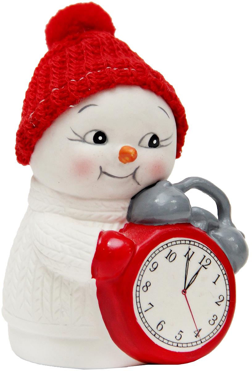 Фигурка новогодняя Magic Time Снеговик и часы, высота 8 см41749Новогодняя декоративная фигурка Magic Time Снеговик и часы прекрасно подойдет для праздничного декора вашего дома. Сувенир изготовлен из керамики в виде забавного снеговика. Такая оригинальная фигурка красиво оформит интерьер вашего дома или офиса в преддверии Нового года. Создайте в своем доме атмосферу веселья и радости, украшая его всей семьей красивыми игрушками, которые будут из года в год накапливать теплоту воспоминаний.