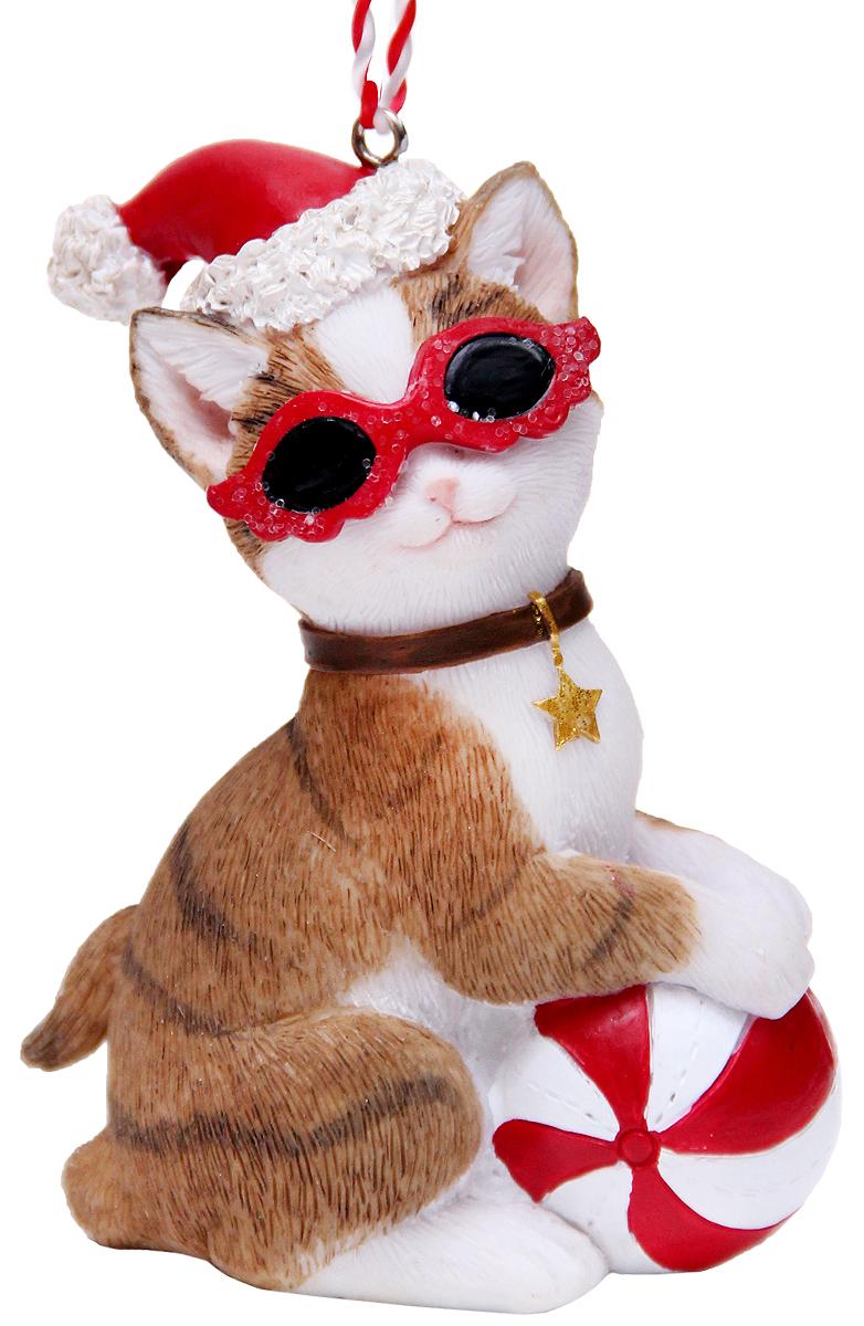Украшение новогоднее подвесное Феникс-Презент Кот в шапочке, 6,5 х 3,5 х 9 см41951Новогоднее подвесное украшение Феникс-Презент Кот в шапочке выполнено из полирезины в виде кота в новогодней шапочке и очках. С помощью специальной петельки украшение можно повесить в любом понравившемся вам месте. Но, конечно, удачнее всего оно будет смотреться на праздничной елке.Елочная игрушка - символ Нового года. Она несет в себе волшебство и красоту праздника. Создайте в своем доме атмосферу веселья и радости, украшая новогоднюю елку нарядными игрушками, которые будут из года в год накапливать теплоту воспоминаний.