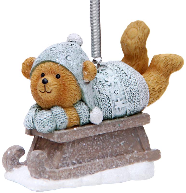 Украшение новогоднее подвесное Феникс-Презент Медвежонок на салазках, высота 6,5 см41967Новогоднее подвесное украшение Феникс-Презент Медвежонок на салазках выполнено из полирезина в виде медвежонка и украшено блестками. С помощью специальной металлической петельки украшение можно повесить в любом понравившемся вам месте. Но, конечно, удачнее всего оно будет смотреться на праздничной елке.Елочная игрушка - символ Нового года. Она несет в себе волшебство и красоту праздника. Создайте в своем доме атмосферу веселья и радости, украшая новогоднюю елку нарядными игрушками, которые будут из года в год накапливать теплоту воспоминаний.
