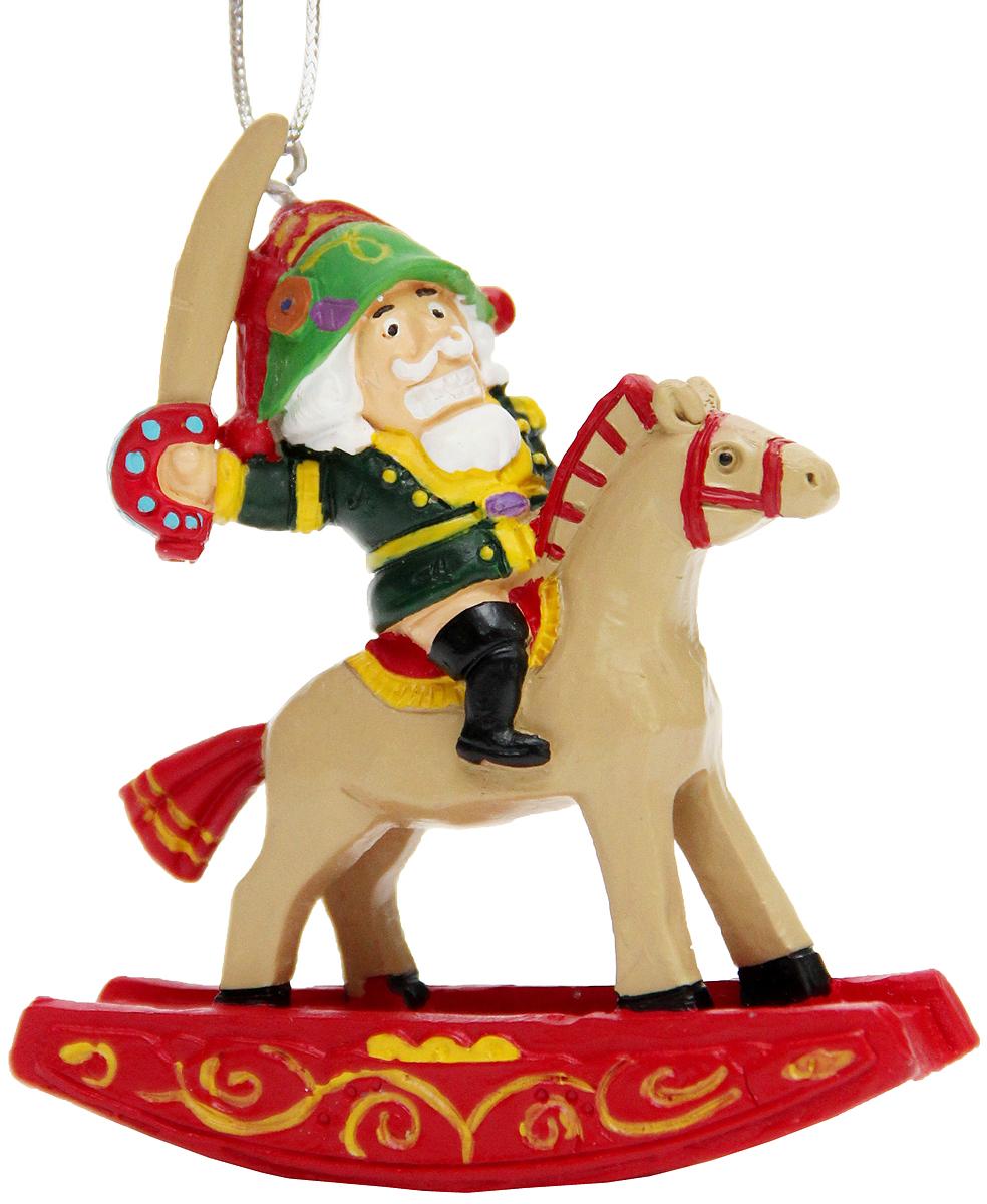 Украшение новогоднее подвесное Феникс-Презент Щелкунчик, 6,8 x 2,5 x 7,8 см42170Новогоднее подвесное украшение Феникс-Презент Щелкунчик выполнено из полирезины в виде Щелкунчика на коне. С помощью специальной петельки украшение можно повесить в любом понравившемся вам месте. Но, конечно, удачнее всего оно будет смотреться на праздничной елке.Елочная игрушка - символ Нового года. Она несет в себе волшебство и красоту праздника. Создайте в своем доме атмосферу веселья и радости, украшая новогоднюю елку нарядными игрушками, которые будут из года в год накапливать теплоту воспоминаний.