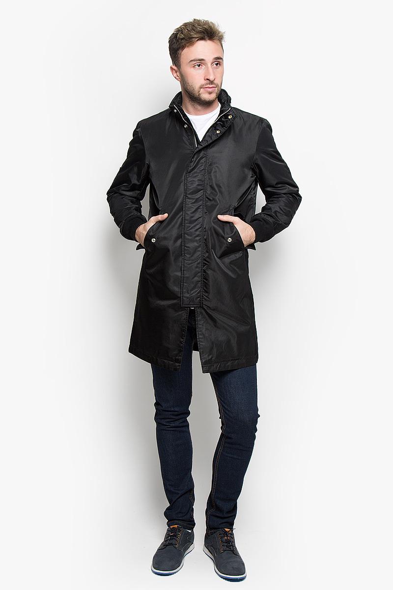 Пальто мужское Diesel, цвет: черный. 00ST90-0JAIO. Размер L (50)00ST90-0JAIO/900Стильное мужское пальто Diesel подчеркнет вашу индивидуальность. Пальто изготовлено из нейлона. Подкладка выполнена из нейлона и дополнена утеплителем из полиэстера. Модель с воротником-стойкой и длинными рукавами застегивается на металлическую застежку-молнию и дополнительно имеет ветрозащитную планку на кнопках. Модель дополнена несъемным капюшоном, который в случае необходимости, можно убрать в небольшой карман на воротнике. Низ рукавов дополнен трикотажными манжетами. Спереди расположено два прорезных кармана с клапанами на кнопках. С внутренней стороны изделие дополнено двумя прорезными карманами, один из которых застегивается на кнопку. Такое пальто будет дарить вам комфорт в течение всего дня и послужит замечательным дополнением к вашему гардеробу.