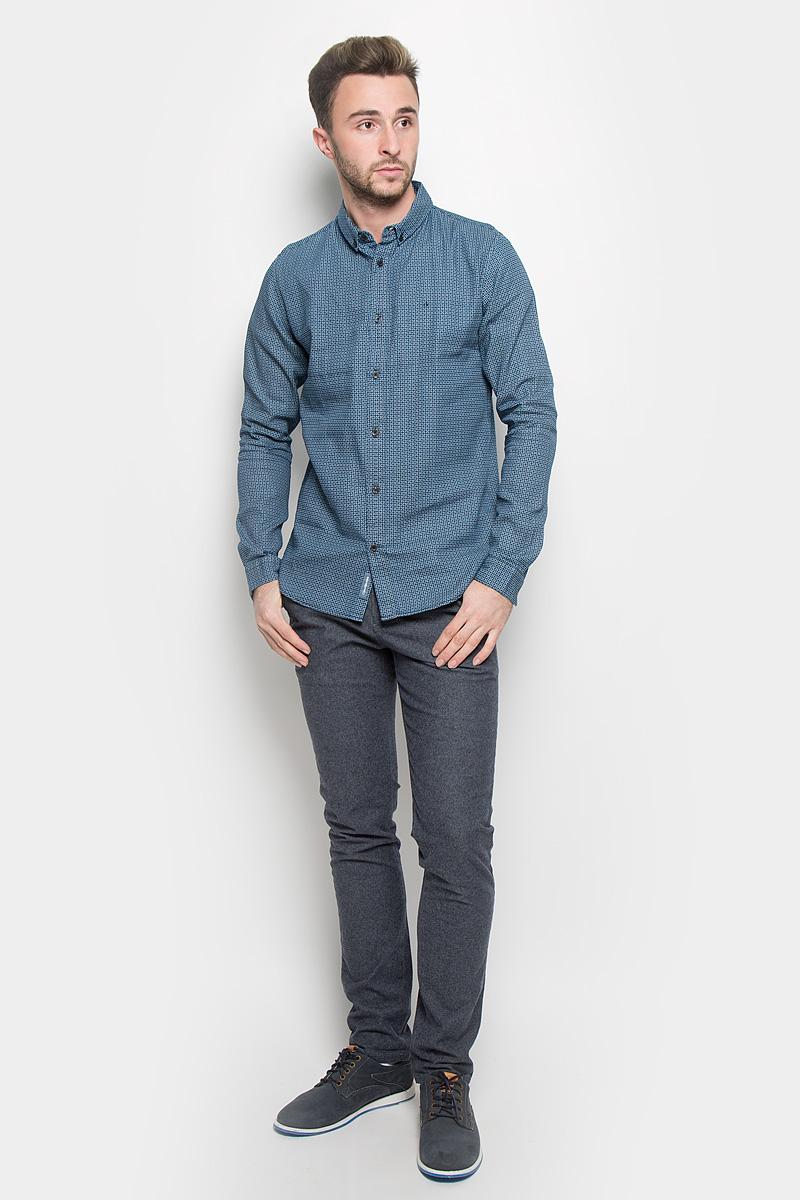 Рубашка мужская Calvin Klein Jeans, цвет: темно-синий. J30J301011. Размер S (44/46)J30J301011Стильная мужская рубашка Calvin Klein Jeans, выполненная из натурального хлопка, подчеркнет ваш уникальный стиль и поможет создать оригинальный образ. Такой материал великолепно пропускает воздух, обеспечивая необходимую вентиляцию, а также обладает высокой гигроскопичностью. Рубашка с длинными рукавами и отложным воротником застегивается на пуговицы спереди. Манжеты рукавов также застегиваются на пуговицы. Классическая рубашка - превосходный вариант для базового мужского гардероба и отличное решение на каждый день.Такая рубашка будет дарить вам комфорт в течение всего дня и послужит замечательным дополнением к вашему гардеробу.