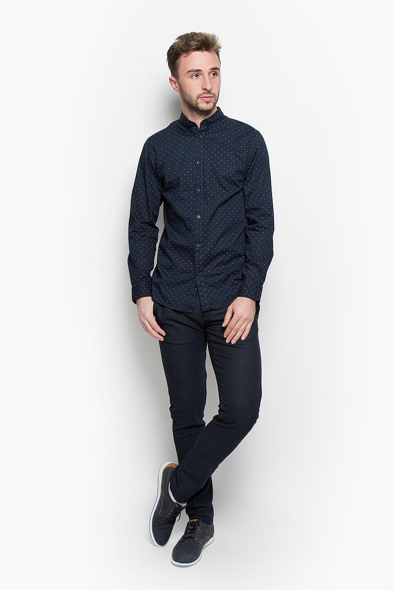 Рубашка мужская Selected Homme, цвет: темно-синий. 16052233. Размер L (48)16052233_Dark SapphireСтильная мужская рубашка Selected Homme, выполненная из натурального хлопка, подчеркнет ваш уникальный стиль и поможет создать оригинальный образ. Такой материал великолепно пропускает воздух, обеспечивая необходимую вентиляцию, а также обладает высокой гигроскопичностью. Рубашка с длинными рукавами и отложным воротником застегивается на пуговицы спереди. Манжеты рукавов также застегиваются на пуговицы. Модель оформлена ненавязчивым принтом. Воротник фиксируется на пуговицы. Классическая рубашка - превосходный вариант для базового мужского гардероба и отличное решение на каждый день.Такая рубашка будет дарить вам комфорт в течение всего дня и послужит замечательным дополнением к вашему гардеробу.