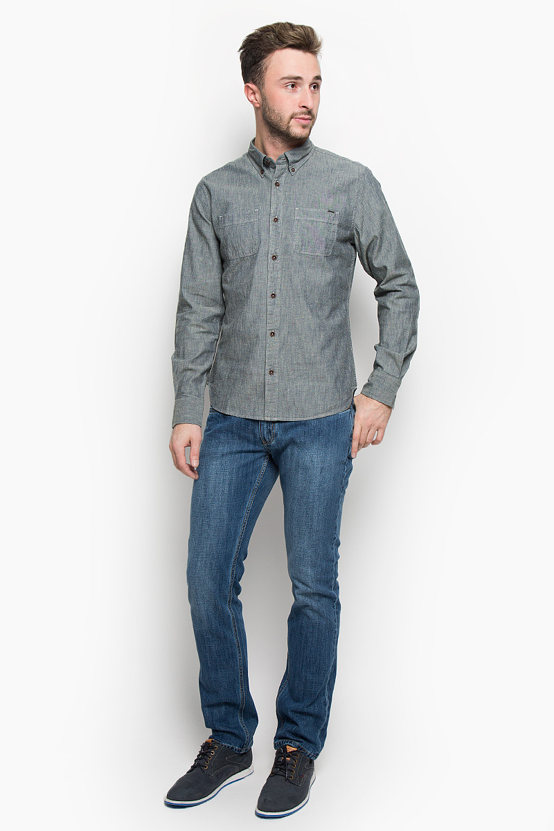 Рубашка мужская Lee Cooper, цвет: серый. LCHMW044. Размер S (46)LCHMW044/SLATEМужская рубашка Lee Cooper, выполненная из натурального хлопка, идеально дополнит ваш образ. Материал мягкий и приятный на ощупь, не сковывает движения и позволяет коже дышать.Рубашка классического кроя с длинными рукавами и отложным воротником застегивается на пуговицы по всей длине. Низ рукавов обработан манжетами на пуговицах. На груди модель дополнена двумя накладными карманами.Такая рубашка будет дарить вам комфорт в течение всего дня и станет стильным дополнением к вашему гардеробу.