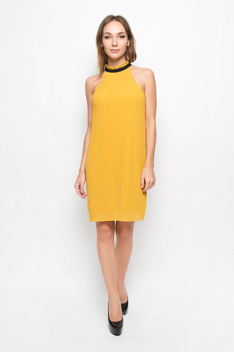 Платье Vero Moda, цвет: горчичный. 10162107. Размер L (46)10162107_Harvest GoldЭлегантное платье Vero Moda выполнено из высококачественного 100% полиэстера. Такое платье обеспечит вам комфорт и удобство при носке и непременно вызовет восхищение у окружающих.Очаровательная модель-миди выполнена в плиссированном стиле с открытыми плечиками. Изделие с воротником стойкой завязывается сзади на завязки. Это модное и комфортное платье станет превосходным дополнением к вашему гардеробу, оно подарит вам удобство и поможет подчеркнуть ваш вкус и неповторимый стиль.