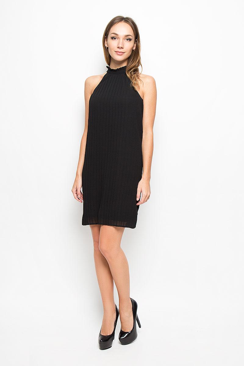 Платье Vero Moda, цвет: черный. 10162107. Размер L (46)10162107_BlackЭлегантное платье Vero Moda выполнено из высококачественного 100% полиэстера. Такое платье обеспечит вам комфорт и удобство при носке и непременно вызовет восхищение у окружающих.Очаровательная модель-миди выполнена в плиссированном стиле с открытыми плечиками. Изделие с воротником стойкой завязывается сзади на завязки. Это модное и комфортное платье станет превосходным дополнением к вашему гардеробу, оно подарит вам удобство и поможет подчеркнуть ваш вкус и неповторимый стиль.