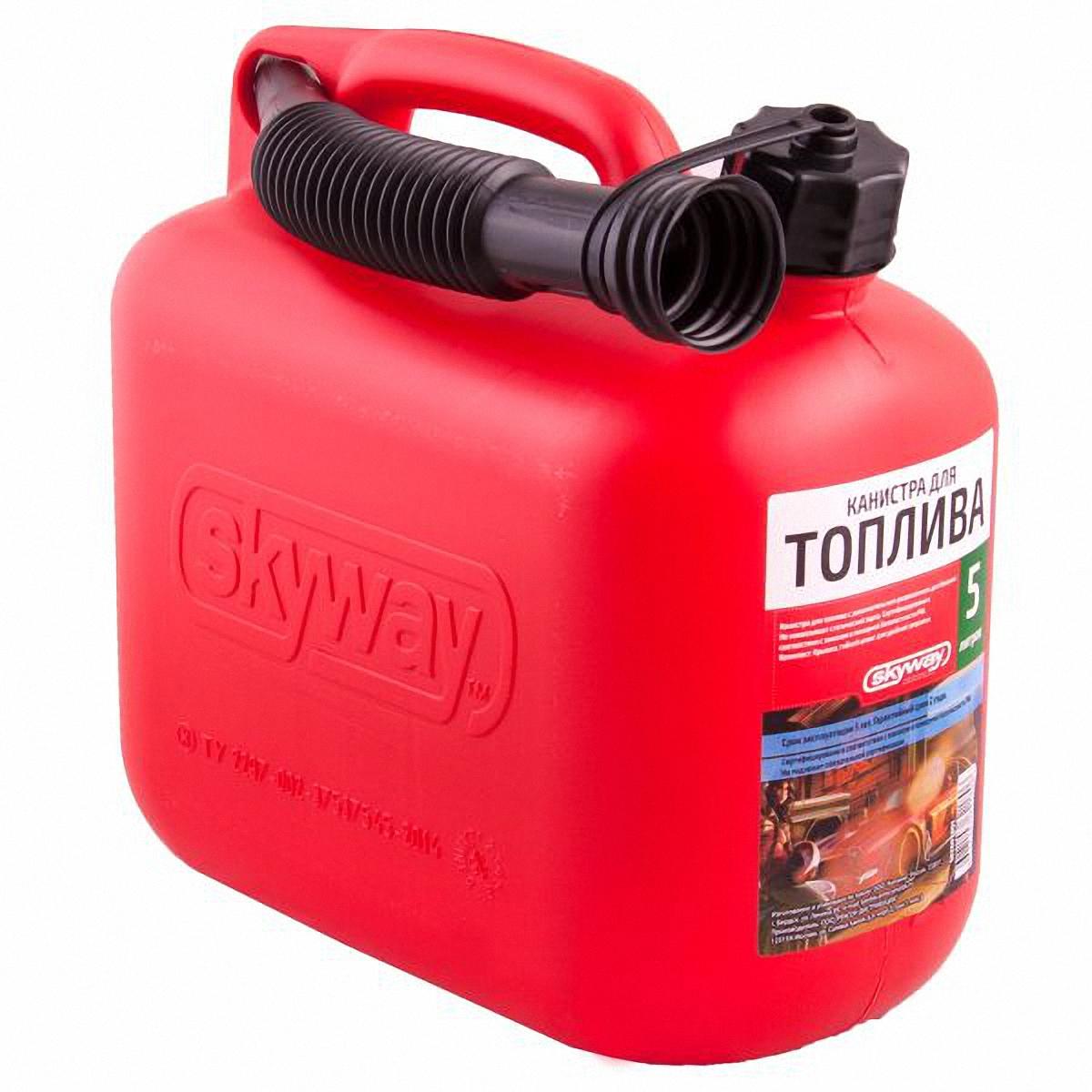 Канистра Skyway, 5 л. S02602001S02602001Канистра Skyway - канистра для топлива с дополнительным разрешением для бензина. Не накапливает статический заряд. Сертифицирована в соответствии с законом о пожарной безопасности РФ. Предназначена для хранения и транспортировки различных жидкостей, в том числе бензина. Проверено, является безопасным для ГСМ. Особенности: Пластиковая крышка с уплотнительным кольцом от протекания жидкости. Удобный носик для наливания жидкости прикручивается к канистре. Удобное хранение шланга. Изготовлена из 100% бензостойкого пластика без применения вторичного сырья (UN-стандарт). Имеет увеличенную толщину стенки, благодаря чему не деформируется. 100% герметична. Устойчива к механическим воздействиям и температурам. В комплекте: крышка, гибкий шланг для удобной заправки. Материал: HDPE (High-density polyethylene - сверхвысокомолекулярный полиэтилен высокой плотности, обладает высокой прочностью и ударной вязкостью в большом диапазоне температур (от - 200 С° до + 100 С°), низким коэффициентом трения, химо- и износостойкостью). Емкость: 5 л.