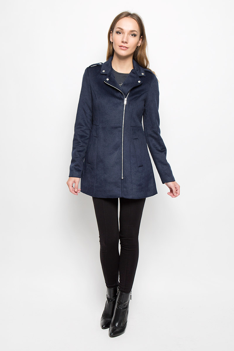 Пальто женской Vero Moda, цвет: темно-синий. 10159249. Размер M (44)10159249_Navy BlazerУдобное женское пальто Vero Moda согреет вас в прохладную погоду и позволит выделиться из толпы.Модель с длинными рукавами и воротником с лацканами выполнена из шерсти с полиэстером и подкладкой из полиэстера, застегивается на застежку-молнию спереди. Изделие дополнено двумя втачными карманами. На манжетной части рукава можно расстегнуть с помощью декоративных кнопок. Пальто надежно сохранит тепло и защитит вас от ветра и холода. Это модное и в то же время комфортное пальто - отличный вариант для прогулок, оно подчеркнет ваш изысканный вкус и поможет создать неповторимый образ.