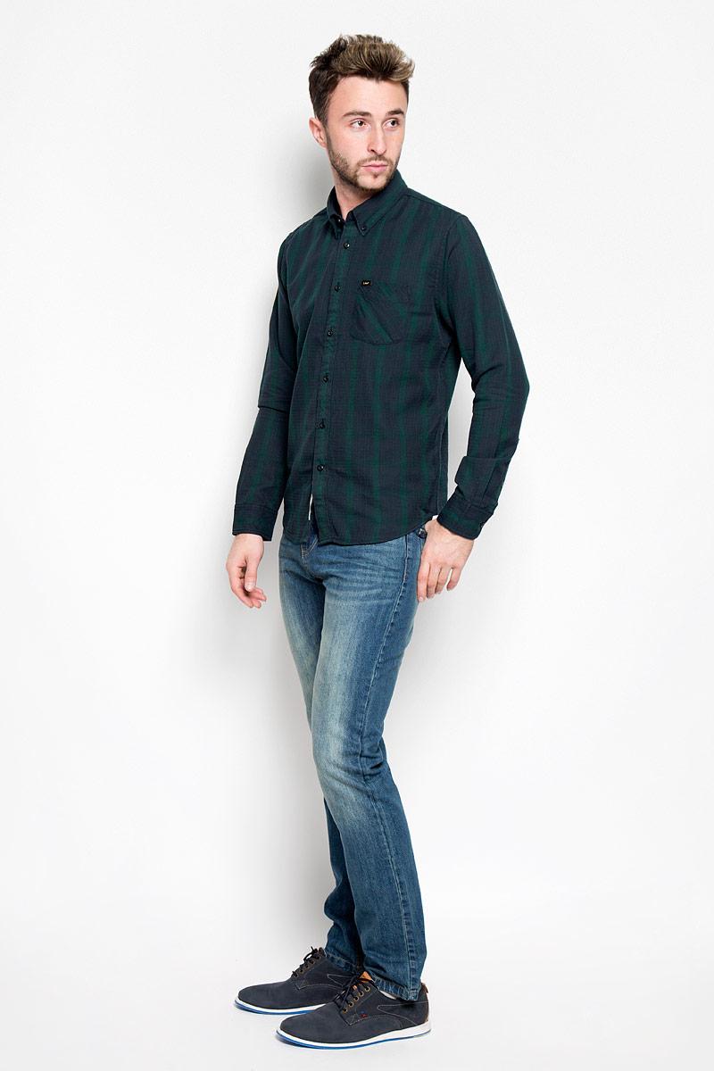 Рубашка мужская Lee, цвет: темно-синий, зеленый. L880MXBB. Размер L (50)L880MXBBСтильная мужская рубашка Lee, выполненная из 100% хлопка, подчеркнет ваш уникальный стиль и поможет создать оригинальный образ. Такой материал великолепно пропускает воздух, обеспечивая необходимую вентиляцию, а также обладает высокой гигроскопичностью.Рубашка с длинными рукавами и отложным воротником застегивается на пуговицы спереди. Рукава рубашки дополнены манжетами, которые также застегиваются на пуговицы. Модель оформлена узором в мелкую клетку и полоску, дополнена накладным нагрудным карманом. Классическая рубашка - превосходный вариант для базового мужского гардероба.Такая рубашка будет дарить вам комфорт в течение всего дня и послужит замечательным дополнением к вашему гардеробу.