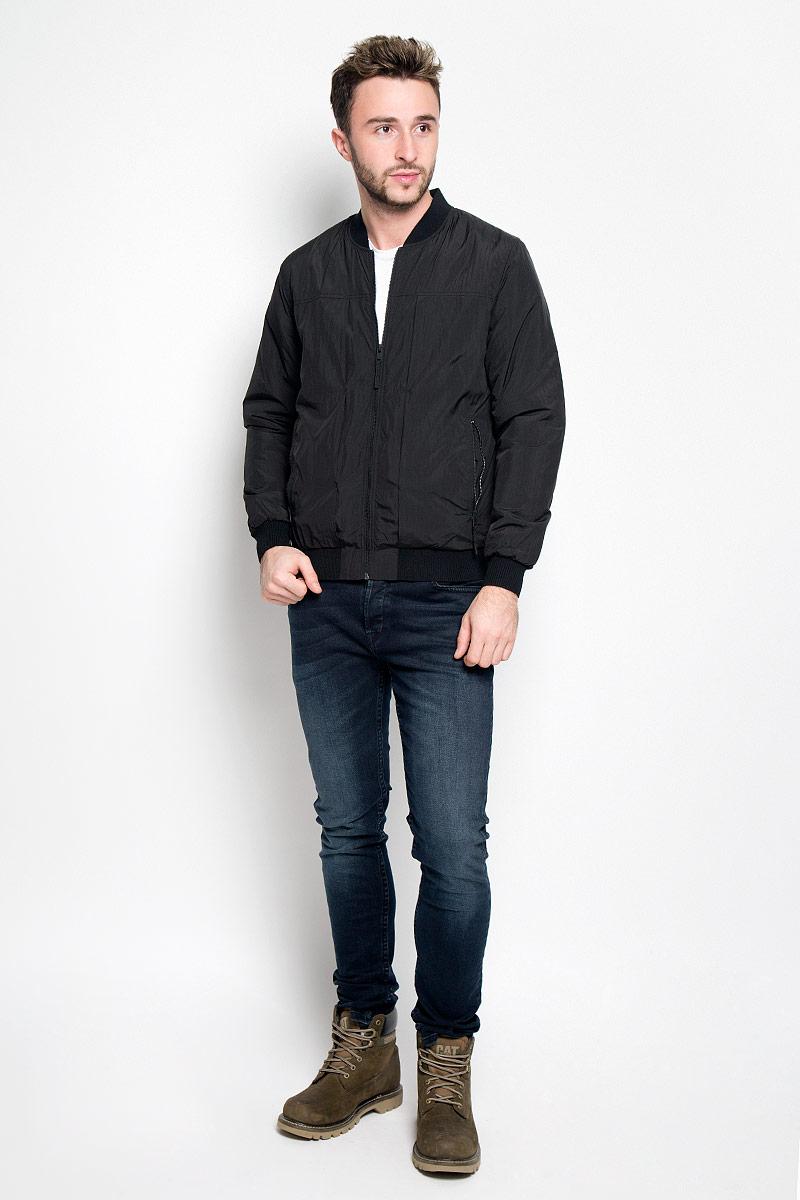 Куртка мужская Selected Homme, цвет: черный. 16052319. Размер L (48)16052319_BlackМужская куртка Selected Homme идеально дополнит ваш образ в прохладную погоду. Изделие выполнено из 100% нейлона. Подкладка изготовлена из гладкого и приятного на ощупь материала контрастного цвета. В качестве утеплителя используется полиэстер, который обеспечивает максимальное сохранение тепла.Куртка выполнена в однотонном лаконичном стиле оформлена воротником-стойкой и застегивается на молнию. Спереди расположены два втачных кармана на застежках-молниях, с внутренней стороны имеется втачной карман дополненный отверстием для наушников. Манжеты, низ и воротник изделия выполнены на эластичной резинке.Практичная и теплая куртка послужит отличным дополнением к вашему гардеробу!