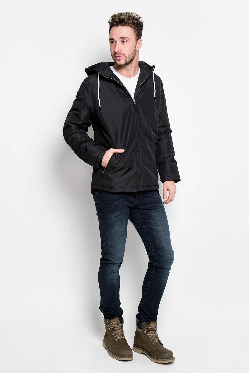 Куртка мужская Jack & Jones, цвет: черный. 12109516. Размер XL (50)12109516_BlackМужская куртка Jack & Jones идеально дополнит ваш образ в прохладную погоду. Изделие выполнено из высококачественного материалас наполнителем из синтепона.Куртка выполнена в однотонном лаконичном стиле, оформлена пришивным капюшоном и стандартными рукавами. Спереди расположены два втачных кармана на застежках-молниях, с внутренней стороны имеется один втачной карман. Капюшон с ветрозащитным клапаном, регулируется с помощью шнурков. Манжеты изделия выполнены на эластичной резинке.Практичная и теплая куртка послужит отличным дополнением к вашему гардеробу!