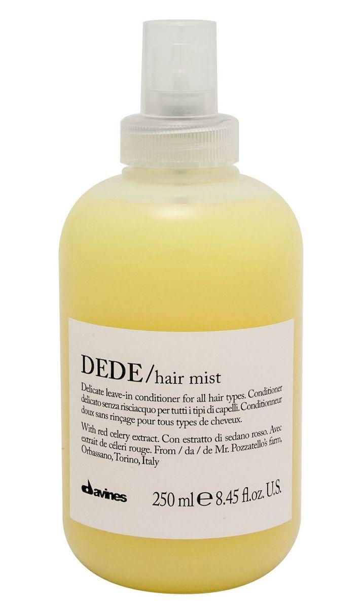 Davines Деликатный несмываемый кондиционер-спрей Essential Haircare New Dede Hair Mist, 250 мл75022Особая серия для бережного очищения волос любого типа. Активный экстракт красного сельдерея восстанавливает и питает локоны. Богатая важными антиоксидантами формула восстанавливает локоны. Минеральные соли, амино кислоты в высокой концентрации обеспечивают благоприятное воздействие на кудри, полностью очищают волосы, дарят им свежесть и чистоту.Применение: Также идеален для использования в качестве лосьона перед стрижкой или для выравнивания пористости волос перед техническими процедурами (химической завивкой, выпрямлением или окрашиванием). Нанести на подсушенные полотенцем волосы после использования шампуня. Перейти к желаемому стайлингу. Семейство DEDE объединяет в себе деликатные продукты для ежедневного использования, которые подойдут для любого типа волос. Средства DEDE содержат экстракт красного сельдерея из Орбассано, выращенного в рамках программы Slow Food Presidium. Формула, насыщенная минеральными солями, оказывает на волосы реминерализующее воздействие.История красного сельдерея из Орбассано началась в 17-м веке, когда Анн Мари Орлеанская, герцогиня Савойская, привезла пурпурный сельдерей из города Тур, что во Франции. Этот сорт был более вкусным и нежным, чем сельдерей, выращенный в Пьемонте. Через несколько лет французский пурпурный сельдерей отлично прижился в огородах, окружающих Турин, и обрел характерный красный цвет стеблей. Поставщик красного сельдерея - ферма синьоров Джанкарло и Дориано Поццателло из Орбассано, провинция Турин.