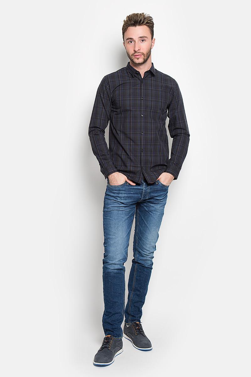 Рубашка мужская Jack & Jones, цвет: темно-синий. 12108807. Размер M (46)12108807_ScarabСтильная мужская рубашка Jack & Jones, выполненная из натурального хлопка, подчеркнет ваш уникальный стиль и поможет создать оригинальный образ. Такой материал великолепно пропускает воздух, а также обладает высокой гигроскопичностью. Рубашка slim fit с длинными рукавами и отложным воротником застегивается на пуговицы спереди. Манжеты рукавов также застегиваются на пуговицы. Рубашка оформлена принтом в клетку. Классическая рубашка - превосходный вариант для базового мужского гардероба и отличное решение на каждый день.Такая рубашка будет дарить вам комфорт в течение всего дня и послужит замечательным дополнением к вашему гардеробу.