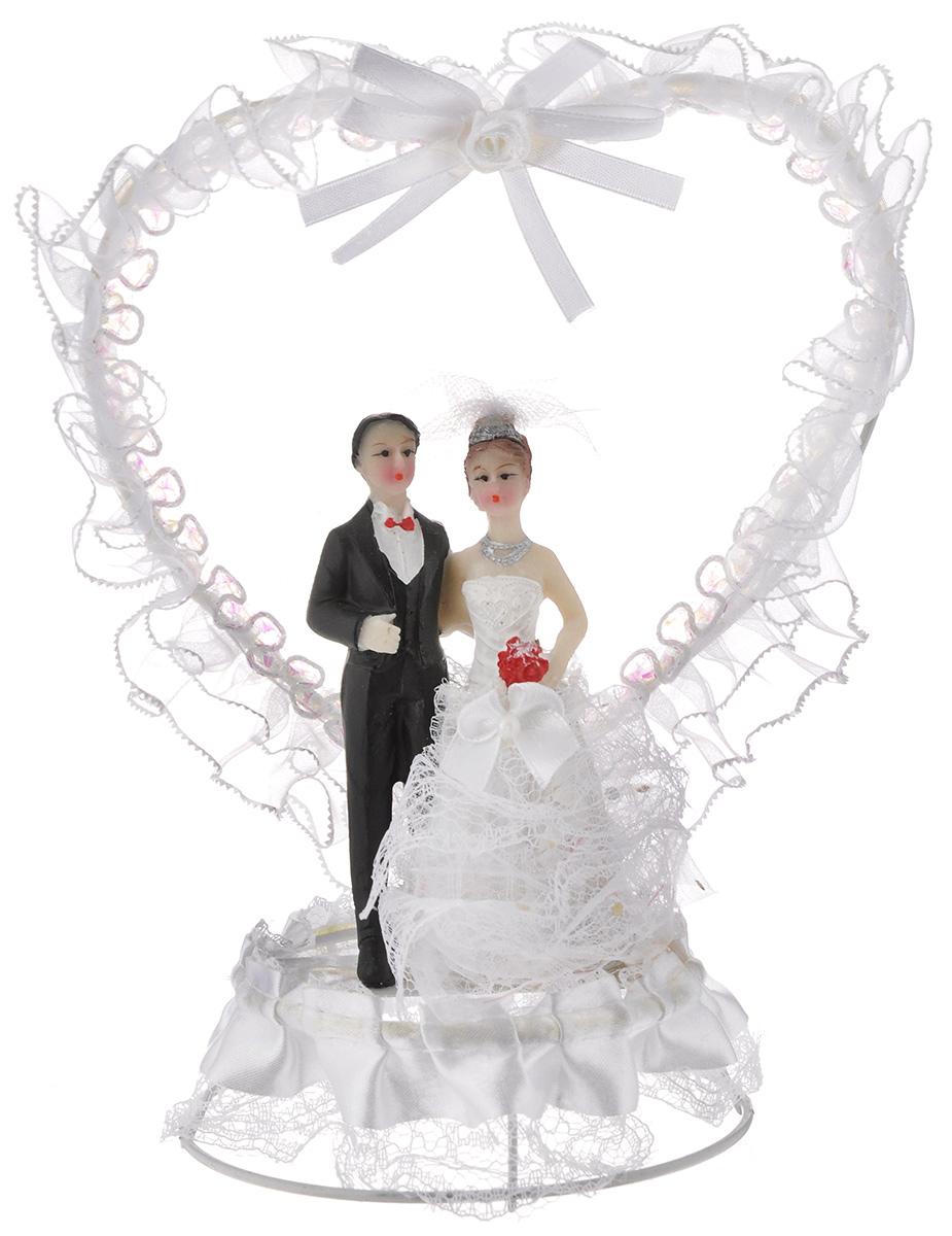 Фигурка декоративная Win Max Жених и невеста, 20 см27906Декоративная фигурка Win Max Жених и невеста изготовлена из полистоуна и текстиля. Изделие представляет собой круглую подставку с фигурками жениха и невесты, украшенных тесьмой. Такая фигурка идеально впишется в свадебный интерьер и будет радовать вас своим видом в самый важный день в вашей жизни.Высота фигурки: 20 см.