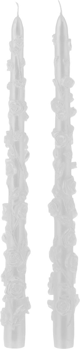 """Набор декоративных свечей Win Max """"Розы"""" представляет собой набор из двух свечей украшенных красивой резьбой в виде роз. Набор упакован в красивую коробку и перевязан лентой. Свечи создают атмосферу уюта и романтики. Яркая свеча будет прекрасным дополнением к вашему празднику. Симпатичный сувенир послужит отличным подарком.Длина свечи: 29 см.Диаметр дна: 1,8 см."""