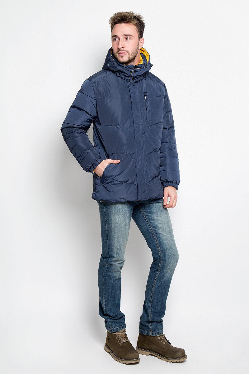 Куртка мужская Sela Casual Wear, двухсторонняя, цвет: темно-синий, желтый. Cd-226/354-6414. Размер M (48)Cd-226/354-6414Мужская двухсторонняя куртка Sela, выполненная из полиэстера, придаст образу безупречный стиль. Подкладка изготовлена из гладкого и приятного на ощупь материала. В качестве утеплителя используется пух и перо.Куртка прямого кроя с капюшоном и воротником-стойкой застегивается на застежку-молнию с ветрозащитной планкой на кнопках. Капюшон пристегивается к изделию за счет молнии. Край капюшона дополнен шнурком-кулиской. Низ рукавов собран на резинку. С одной стороны модели расположено три прорезных кармана на застежке-молнии, с другой стороны - два прорезных кармана на застежке-молнии. Такая практичная и теплая куртка послужит отличным дополнением к вашему гардеробу!