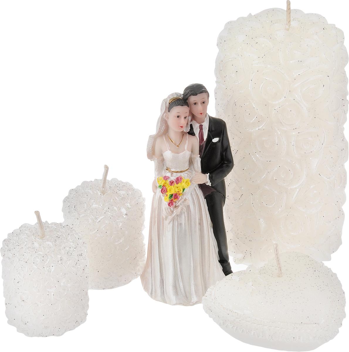 Набор декоративных свечей Win Max Свадебный, 4 шт. 9443594435Набор декоративных свечей Win Max Свадебный представляет собой набор из четырех свечей и фигурки жениха и невесты. Набор упакован в красивую коробку и перевязан лентой. Свечи создают атмосферу уюта и романтики. Яркая свеча будет прекрасным дополнением к вашему празднику. Симпатичный сувенир послужит отличным подарком.Размеры свечей:- одна свеча 6 х 6 х 11 см,- одна свеча 6,5 х 6,5 х 2,5 см,- две свечи 3,5 х 3,5 х 4 см,Размер статуэтки: 4,5 х 4,5 х 10 см.