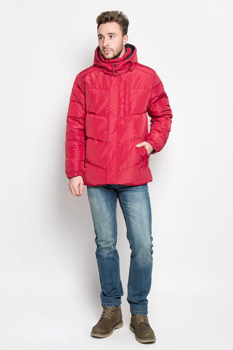 Куртка мужская Sela Casual Wear, двухсторонняя, цвет: бордовый, темно-синий. Cd-226/354-6414. Размер M (48)Cd-226/354-6414Мужская двухсторонняя куртка Sela, выполненная из полиэстера, придаст образу безупречный стиль. Подкладка изготовлена из гладкого и приятного на ощупь материала. В качестве утеплителя используется пух и перо.Куртка прямого кроя с капюшоном и воротником-стойкой застегивается на застежку-молнию с ветрозащитной планкой на кнопках. Капюшон пристегивается к изделию за счет молнии. Край капюшона дополнен шнурком-кулиской. Низ рукавов собран на резинку. С одной стороны модели расположено три прорезных кармана на застежке-молнии, с другой стороны - два прорезных кармана на застежке-молнии. Такая практичная и теплая куртка послужит отличным дополнением к вашему гардеробу!
