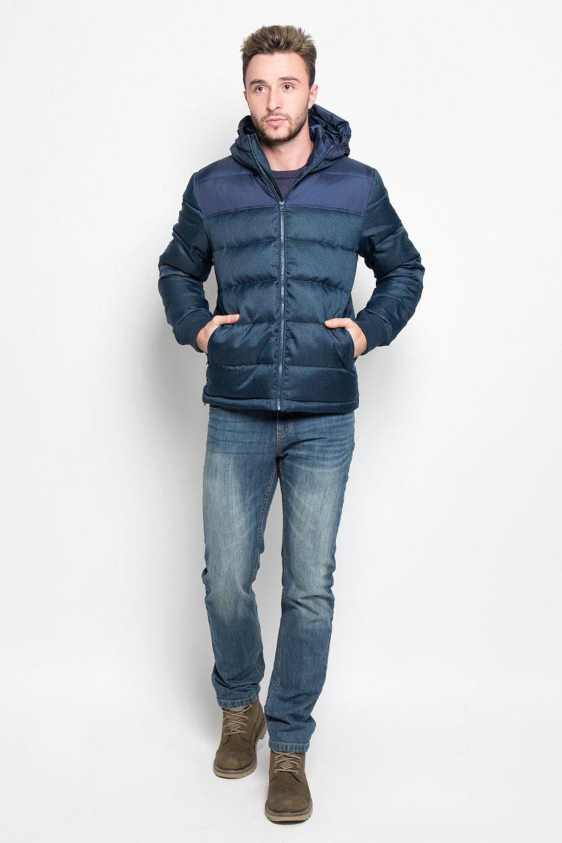 Куртка мужская Wrangler, цвет: темно-синий. W4635YURQ. Размер XXL (54)W4635YURQМужская куртка Wrangler, выполненная из высококачественного комбинированного материала, придаст образу безупречный стиль. Подкладка изготовлена из гладкого и приятного на ощупь материала. В качестве утеплителя используется утиный пух и перо.Куртка прямого кроя с несъемным капюшоном застегивается на застежку-молнию с внутренней ветрозащитной планкой. Край капюшона дополнен шнурком-кулиской. Низ рукавов обработан трикотажными эластичными манжетами. Спереди расположено два прорезных кармана на молниях, с внутренней стороны - прорезной карман на застежке-молнии. На левом рукаве расположена небольшая фирменная нашивка. Практичная и теплая куртка послужит отличным дополнением к вашему гардеробу!