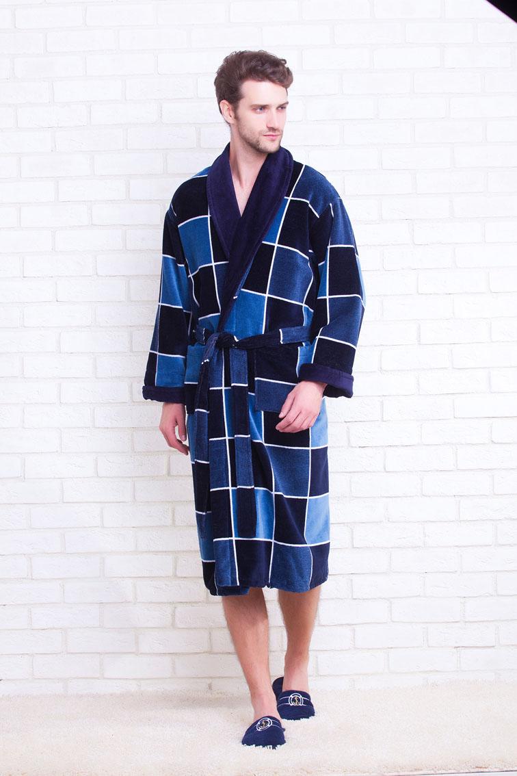 Халат мужской Evateks, цвет: темно-синий, синий. 370/1. Размер L (46/48)370/1Классический махровый халат для мужчин, любящих комфорт и уют! Незабываемое ощущение мягкости, выдержанный стиль и популярная расцветка в виде комбинированной клетки. Внутренняя сторона петельчатая махра - хорошо впитывает влагу и создает легкий массажирующий эффект, внешняя сторона велюровая - прекрасно противостоит образованию зацепок. Однотонная отделка воротника и манжета рукава.Великолепный вариант на каждый день!