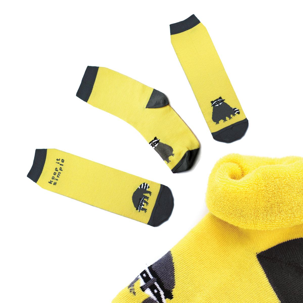 Носки мужские Big Bang Socks Енот, махровые, цвет: желтый, черный. a123. Размер 40/44a123Мужские махровые носки Big Bang Socks изготовлены из высококачественного хлопка с добавлением полиамидных и эластановых волокон, которые обеспечивают великолепную посадку. Носки отличаются ярким стильным дизайном, они оформлены изображением енота и надписью: Keep it simple. Удобная широкая резинка идеально облегает ногу и не пережимает сосуды, усиленные пятка и мысок повышают износоустойчивость носка, а удлиненный паголенок придает более эстетичный вид. Дизайнерские носки Big Bang Socks - яркая деталь в вашем образе и оригинальный подарок для друзей и близких.