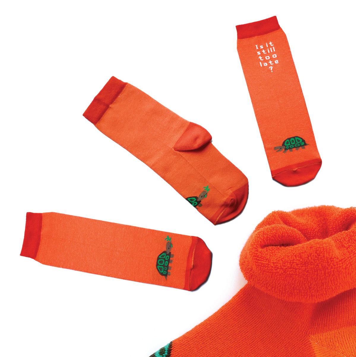 Носки женские Big Bang Socks, цвет: оранжевый. ca1523. Размер 35/39ca1523Яркие женские носки Big Bang Socks изготовлены из высококачественного хлопка с добавлением полиамидных и эластановых волокон, которые обеспечивают великолепную посадку. Носки отличаются ярким стильным дизайном. Они оформлены изображением черепахи и надписью на английском языке. Удобная резинка идеально облегает ногу и не пережимает сосуды, усиленные пятка и мысок повышают износоустойчивость носка, а удлиненный паголенок придает более эстетичный вид. Дизайнерские носки Big Bang Socks - яркая деталь в вашем образе и оригинальный подарок для друзей и близких.