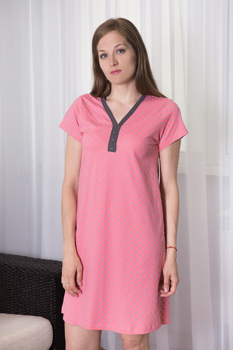 Платье домашнее Violett, цвет: розовый, серый. 7117110723. Размер XXL (52)7117110723Домашнее платье Violett выполнено из натурального хлопка. Платье-миди свободного кроя с V-образным вырезом горловины и короткими рукавами оформлено принтом в горох, спереди - декоративными пуговицами.