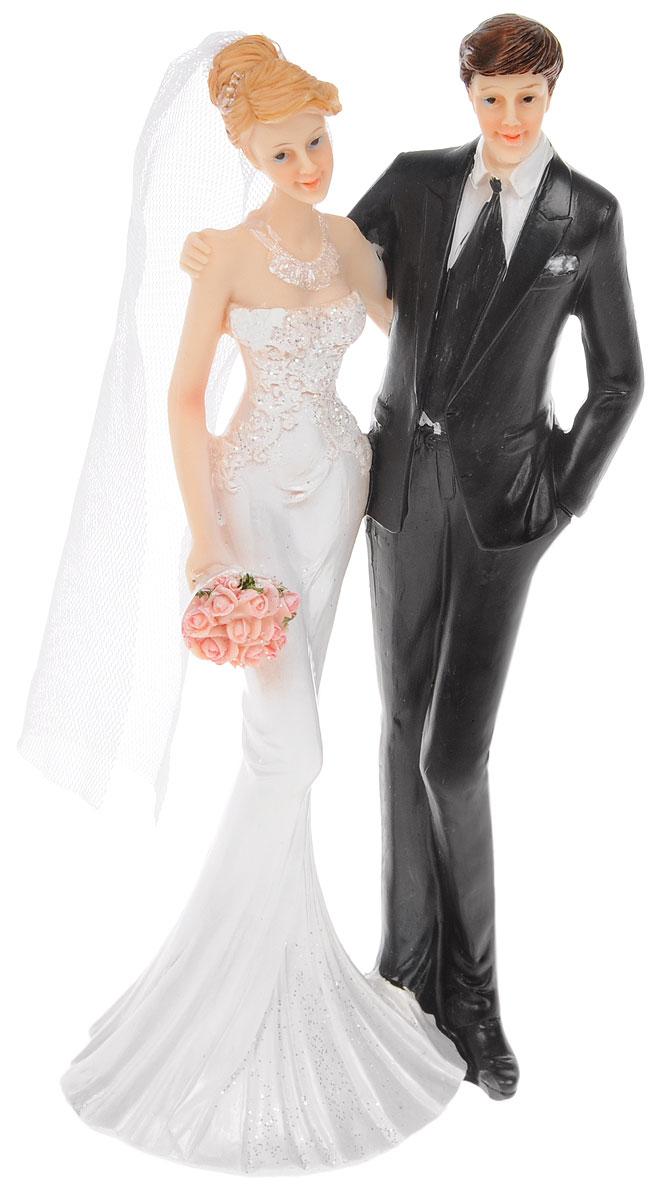 Фигурка декоративная Win Max Свадебная, высота 21 см127849Декоративная фигурка Win Max Свадебная изготовлена из полистоуна. Изделие представляет собой фигурку жениха и невесты. Такая фигурка идеально впишется в свадебный интерьер в качестве украшения и будет радовать вас своим видом в самый важный день в вашей жизни.Размер изделия: 21 х 80 х 60 см.