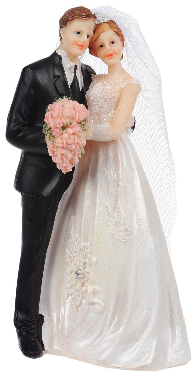 Фигурка декоративная Win Max Свадебная, высота 16 см127835Декоративная фигурка Win Max Свадебная изготовлена из полистоуна. Изделие представляет собой фигурку жениха и невесты. Такая фигурка идеально впишется в свадебный интерьер в качестве украшения свадебного торта и будет радовать вас своим видом в самый важный день в вашей жизни.Высота фигурки: 16 см.
