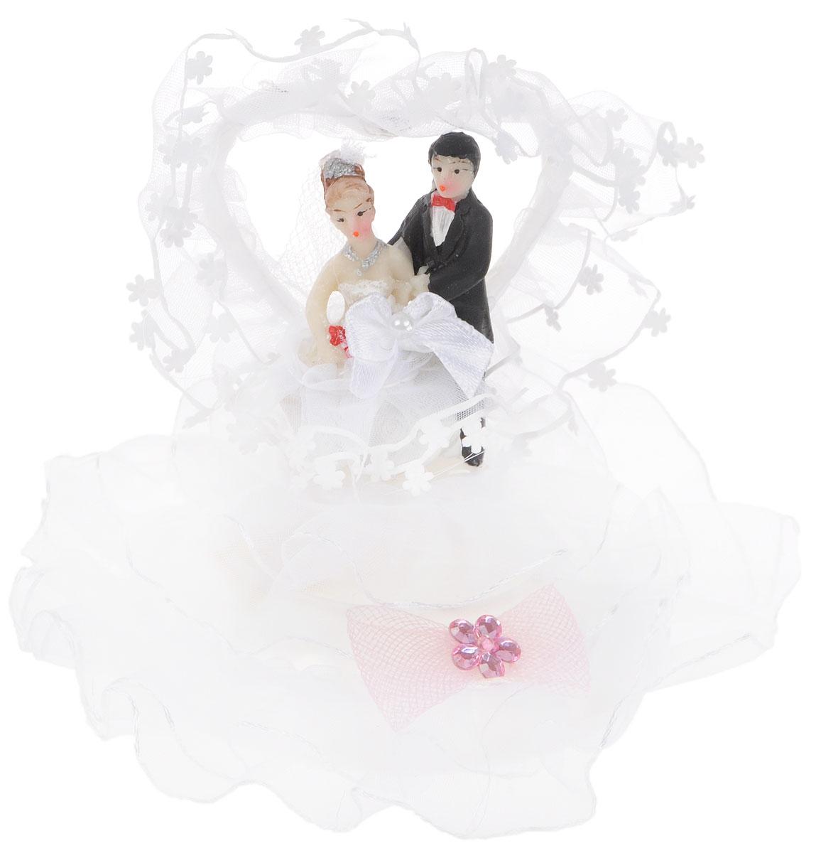 Фигурка декоративная Win Max Жених и невеста, высота 10 см27903Декоративная фигурка Win Max Жених и невеста изготовлена из полистоуна и текстиля. Изделие представляет собой круглую подставку с фигурками жениха и невесты, украшенных тесьмой и стразами. Такая фигурка идеально впишется в свадебный интерьер и будет радовать вас своим видом в самый важный день в вашей жизни.Высота фигурки: 10 см.