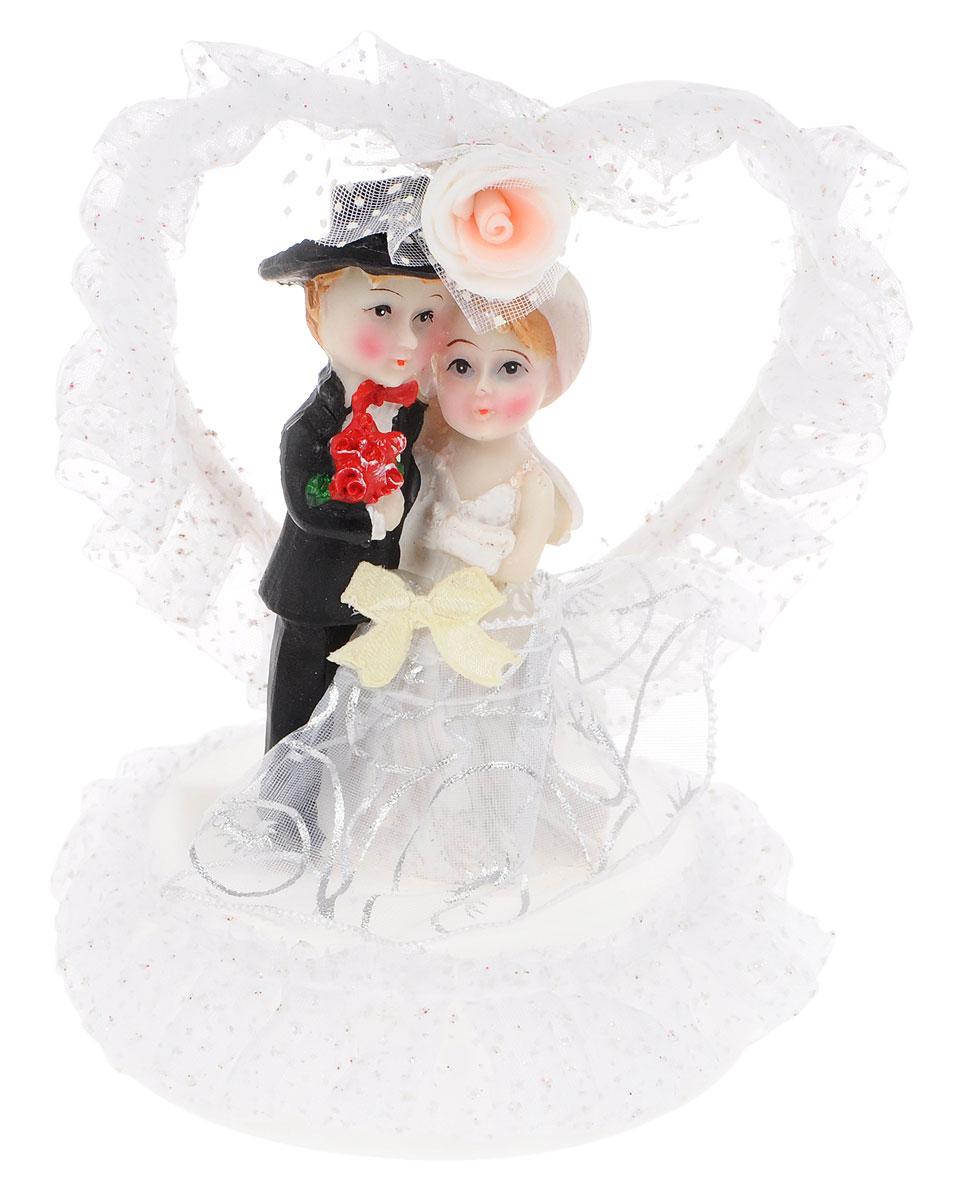 Фигурка декоративная Win Max Жених и невеста, высота 15 см27907Декоративная фигурка Win Max Жених и невеста изготовлена из полистоуна и текстиля. Изделие представляет собой круглую подставку с фигурками жениха и невесты, украшенных тесьмой и стразами. Такая фигурка идеально впишется в свадебный интерьер и будет радовать вас своим видом в самый важный день в вашей жизни.Высота фигурки: 15 см.