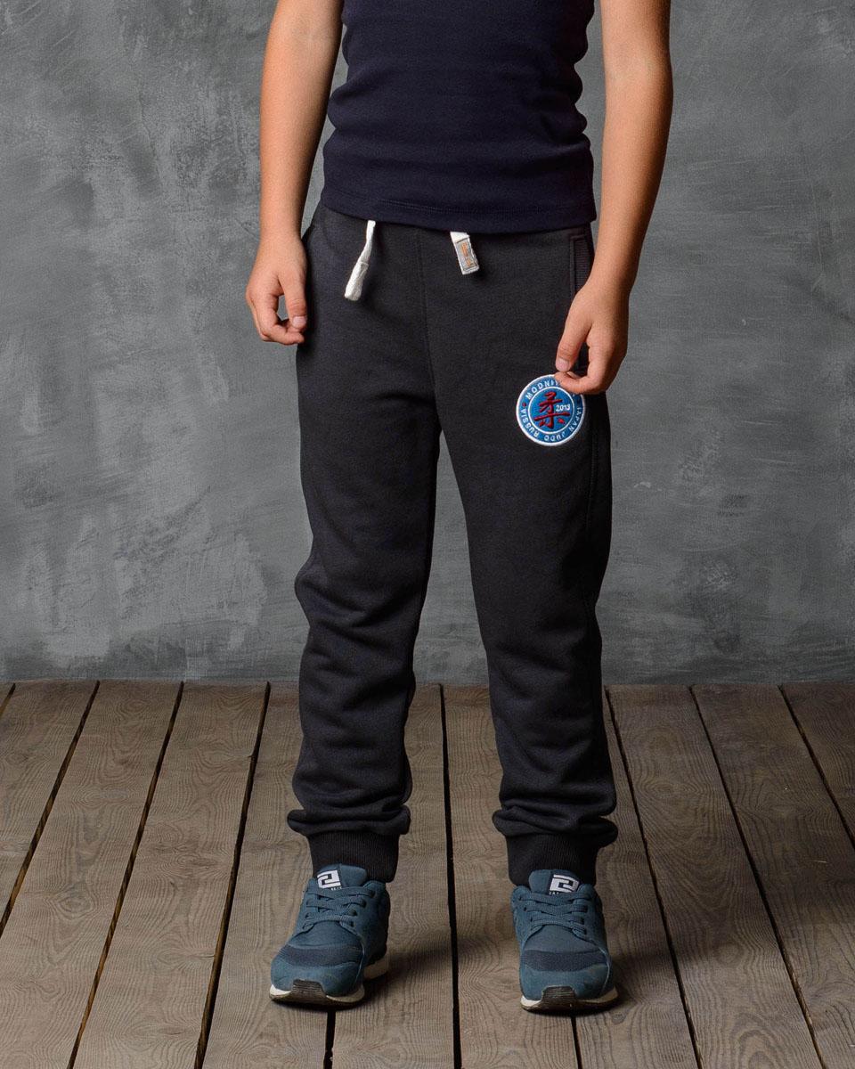 Брюки спортивные для мальчика Modniy Juk, цвет: серый. 15В00010701. Размер 9215В00010701/JUDOСпортивные брюки Modniy Juk изготовлены из высококачественной мягкой ткани. Модель полуприлегающего силуэта заужена к низу. Комфортный мягкий пояс и манжеты из трикотажной резинки. Брюки дополнены боковыми карманами. Яркая вышивка в стиле Modniy Juk.