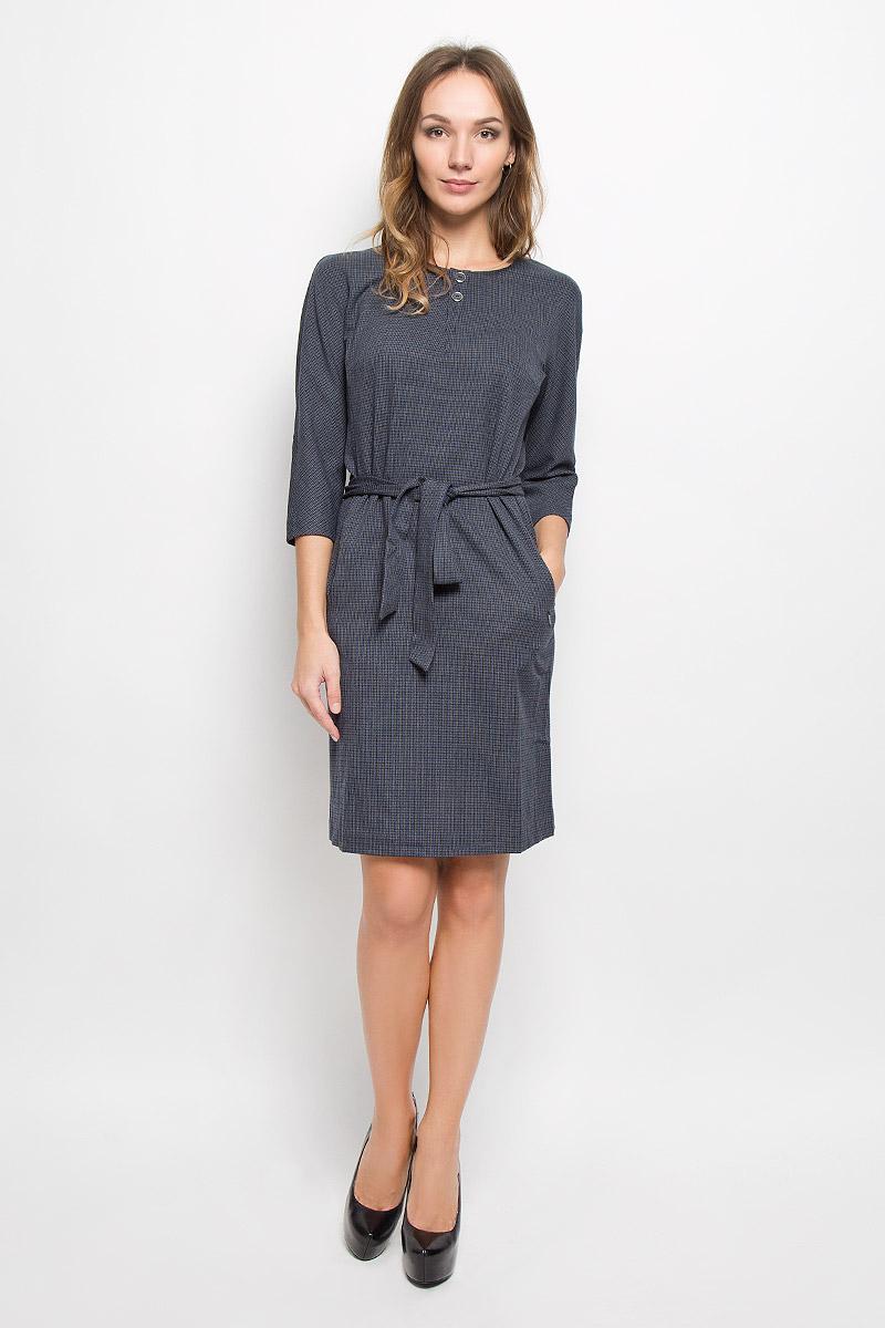 Платье Finn Flare, цвет: серый, синий, черный. W16-11030_101. Размер M (46)W16-11030_101Элегантное платье Finn Flare выполнено из сочетания различных материалов: полиэстера с добавлением вискозы и эластана.Модель с рукавами 3/4 и круглым воротником выполнена принтом в мелкую клетку. Платье-миди застегивается на пуговицы сзади по шее, на линии талии дополнено шлевками для ремня и ремешком. Спереди платье украшено двумя декоративными пуговицами и двумя прорезными карманами, а сзади по низу имеет небольшой разрез.